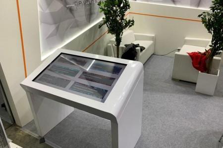 Наша команда предоставила сенсорный стол Dedal Air 43 с разработанным программным обеспечением,